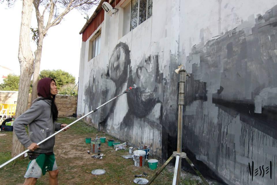 Trabajando en el mural del festival Mô Art Urbà Interactiu