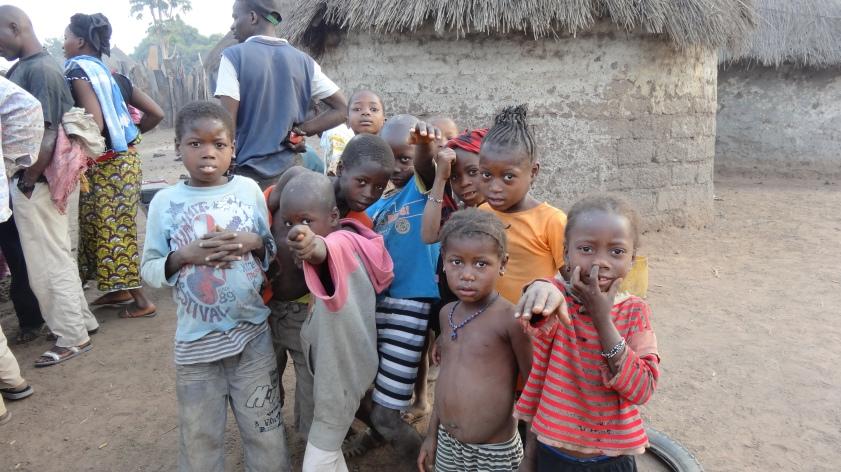 Niños del pueblo de Sidakoro posando para la foto
