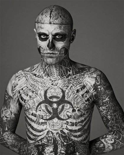 Rick Genest es un artista y modelo canadiense. Conocido también como Zombie Boy por estar tatuado como un cadáver en la mayor parte de su cuerpo