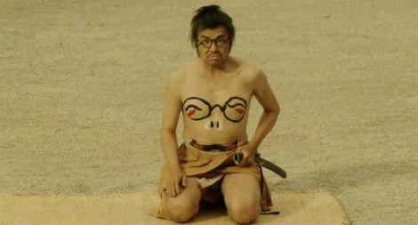 Fotograma de Scabbard Samurai y ejemplo del uso del cuerpo como herramienta humorística.