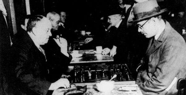 Crowley jugando al ajedrez con Fernando Pessoa
