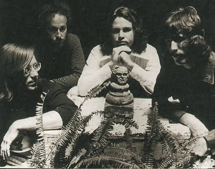 The Doors junto a un busto de Crowley